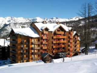 Ski flat 6 people in front of the ski slopes, Risoul