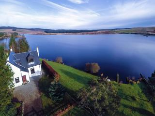 Beautiful loch side setting with private fishing