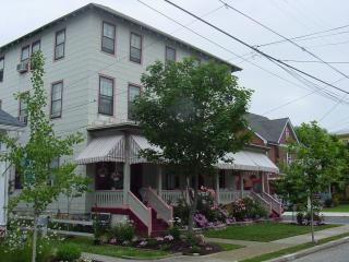 2 blocks to beach-Large Historical home sleeps 34, Cape May