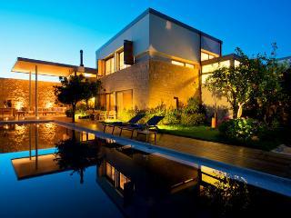 Villa Mandarina, Kontomari
