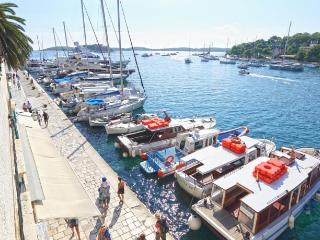 WATER FRONT APARTMENT FOR 6 PERSONS IN HVAR TOWN, Hvar