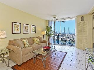 YACHT HARBOR VIEWS!  Remodeled 1-bedroom with AC and WiFi.  Sleeps 4., Honolulu