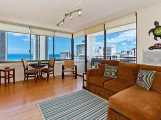 Ocean Views!  One bedroom, washer/dryer, WiFi, pool & parking!, Honolulu