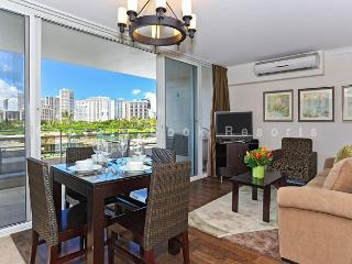 Heart of Waikiki! Modern 2 bedrooms, 1 bath - just a short walk to the beach!, Honolulu