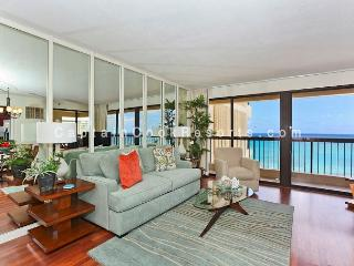 Luxurious Ocean view 2 bed 2 bath condo with pool, spa, parking - sleeps 6, Honolulu