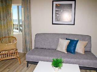 Remodeled Beach Rental, 1br/1ba, Designer Decorated and A/C Equipped, Oceanside