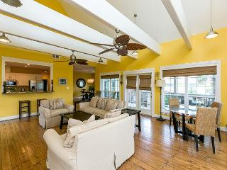 Big Bright Beautiful 3BR + Loft w/ Large Deck & Outdoor Shower, Walk to Beach