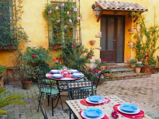Property  up to 9 In St. Peter area, courtyard, Roma