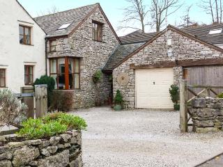 WOODLANDS, open fire, WiFi, en-suite bathroom, character cottage in Great Urswic