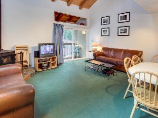 Charming condo w/ shared hot tub, pool, resort amenities - close to ski & beach!