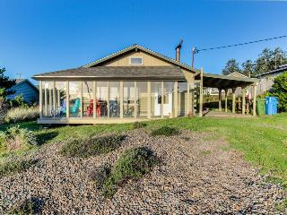 Dog-friendly home w/ a private hot tub and shared pool & tennis, close to beach!, Waldport