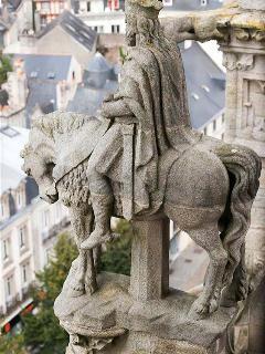 La statue du roi Gradlon entre les flèches de la cathédrale