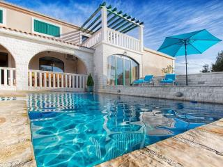 Charming house with pool, 3 km from sea, Marina