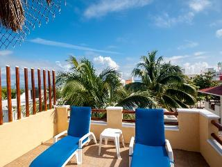 NEW APT, KING BED, GROUND FLOOR EASY ACCESS TO POOL & HOT TUB, AIR CON, BIKES, Puerto Morelos
