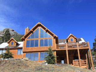 3 luxurious and immaculate bedrooms, 2.5 baths, wood burning fireplace, private hot tub & VIEWS!