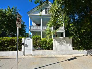 BANANA'S FOSTER - 7 / 7.5 Guest House 1 Block to Duval St! Pvt Pool & Parking, Key West