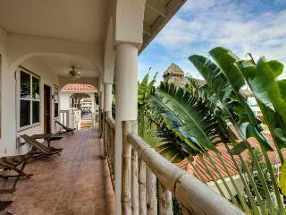 Seaview one-bedroom w/private beach & resort amenities, Placencia