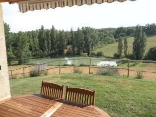 Vue sur le lac depuis la terrasse couverte