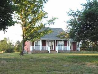 The Red Farm House,  Stay Down on the Farm, Peaceful Cabin on a 120 Acre Farm, Nashville