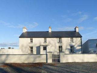 GRANGE FARMHOUSE, pet friendly, character holiday cottage, with a garden in Feth