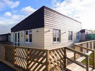 26D BEACH VIEW, semi-detached chalet, shared on-site facilities with outdoor heated swimming pool, near Earnley, Ref 29803