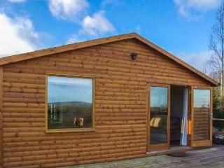 LOG CABIN AT FURLONGS FARM, detached cabin with hot tub, en-suite, woodburner, v