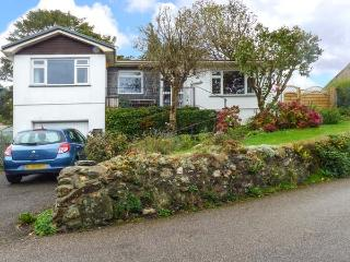 WARVENETH, detached bungalow, family holiday home, pet-friendly, walking distance to pub, in Angarrack, Ref 918135