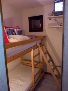 Cabine avec fenêtre, deux lits superposées en 90, TV avec TNT