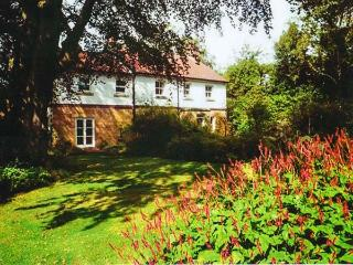 THE CROFT, detached period cottage, open fire, AGA, lawned gardens, pet-friendly, in Scalby, Ref 917020