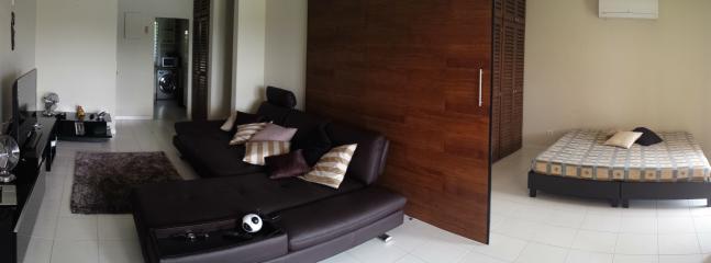 vue d'ensemble au fond cuisine, puis salon et à droite, chambre N° 2