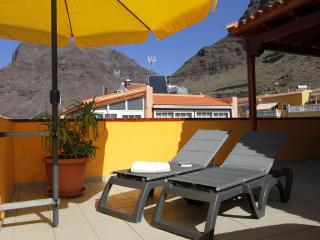 La terraza privada de 60 m2 con dos tumbonas *** The private terrace 60sq.m with two sunbeds