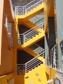 La escalera del acceso a los apartamentos ** The access stair to the apartments