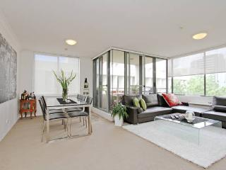 Modern 1 bedroom apt w/ indoor pool, parking &wifi, North Sydney