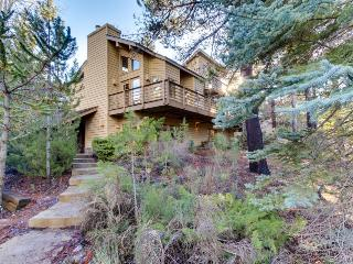 Private hot tub, large deck, near trails/SHARC, Sunriver