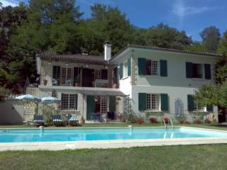 French Family House & Large Pool in pretty village, Aubeterre-sur-Dronne