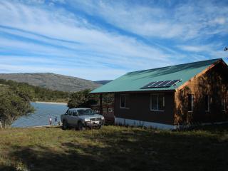 cabaña mirada desde el norte se aprecian los paneles solares