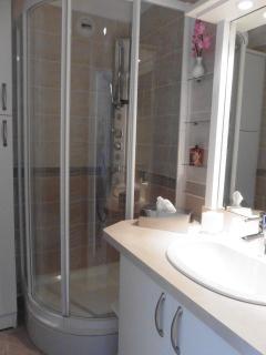 salle de bain cabine de douche placard de rangement sèche serviette sèche cheveux linge founi