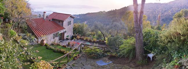 Panoramic view of the garden and the Balckberry Cottage