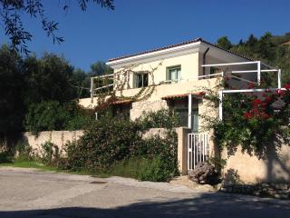 Sea-level Villa for 6 with garden in Loggos