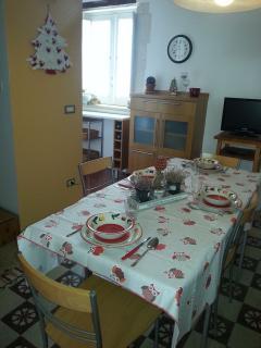Sala pranzo con tavolo allungato
