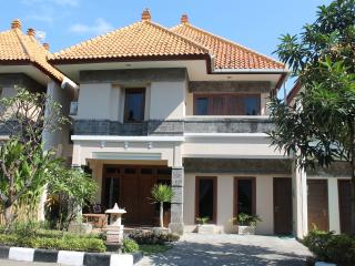 5 Bed 3 Bath KUTA-Villa JEPUN inc daily breakfast, Kuta