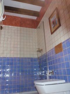 Baño completo con ducha de  la primera planta, tiene lavabo separado