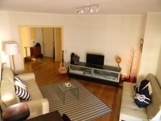 Spacious and bright living room with sofa seating for 4/5 and a large 6 person dinning table