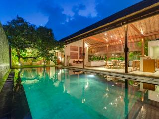 Lumut3, Large 2 Bedroom Villa, 'Eat St' Central Seminyak