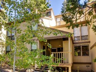 Tahoe townhome close to beach w/shared pool & tennis!, Kings Beach