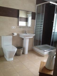 Villa Morar - En-Suite Bathroom 01