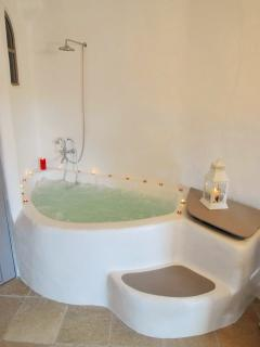 Jacuzzi in Bergonia suite