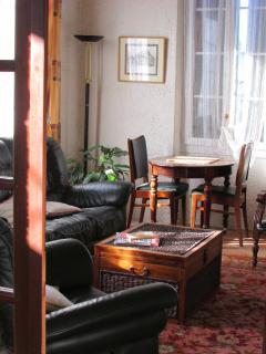 Salon cosi avec TV et feu ouvert