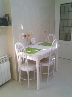 Cocina mesa ampliable y tambien con calefaccion.