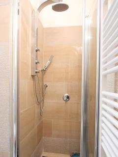 bathroom - shower with idrojet
